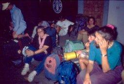Zusammen mit anderen Backpackern warte ich auf den Bus nach Südthailand 1992
