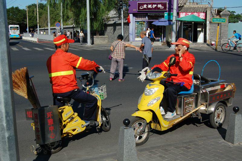 Überall sind Leute unterwegs, um die Stadt schön sauber zu machen, für die Parade