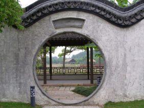 Moderner Garten in der Wasserstadt Wuzhen bei Shanghai