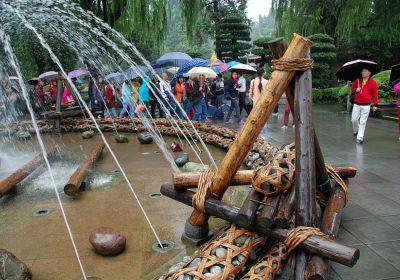 Dujiangyan Brunnen - Dujiangyan - Wasser von allen Seiten