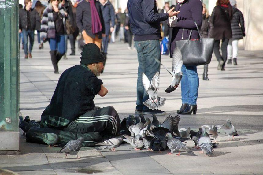 Champs-Élysées: Bettler mit Tauben