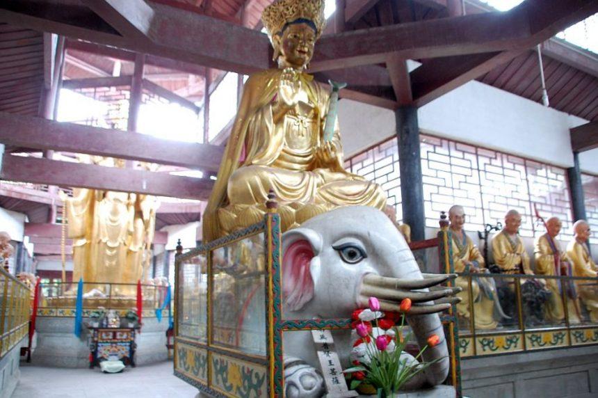 Bodhisattva Puxian auf dem Elefant