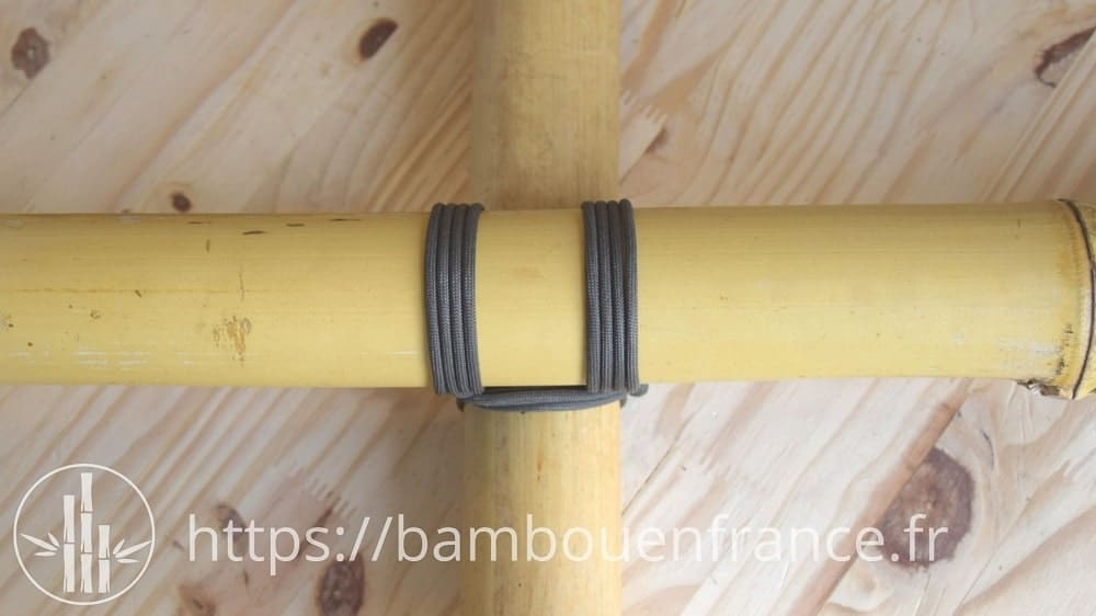Assembler des bambous avec de la corde