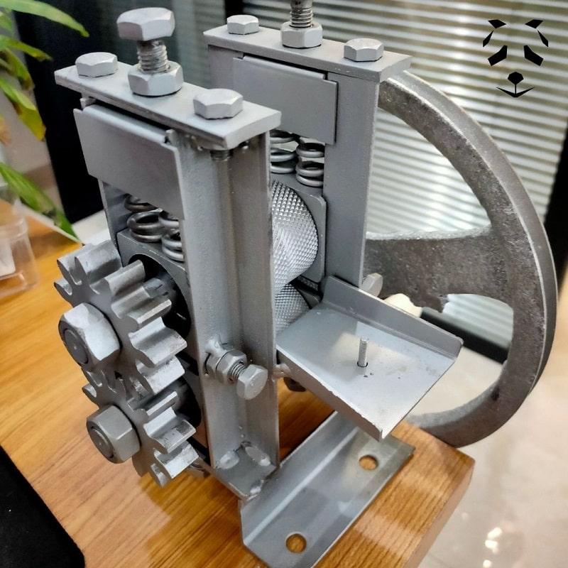 Machine pour affiner les lamelles de bambou