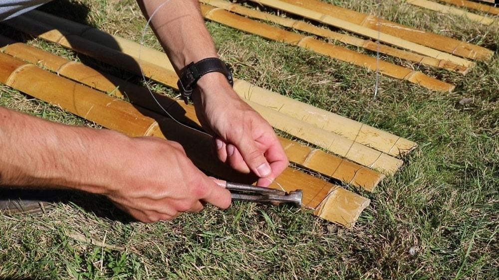Fixer les lamelles de bambou par groupe