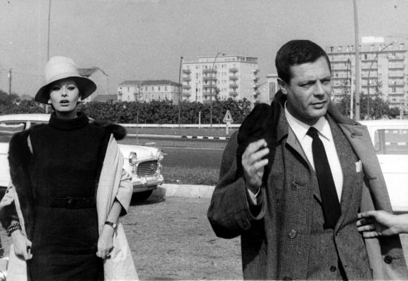 Sophia Loren and Marcello Mastroianni on set in Milan. Note the buttons down the inside of the lining on the left side... and the outside buttons sewn next to additional buttonholes on right side.
