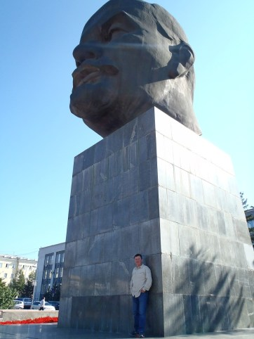 Kev at Lenin's head Ulan Ude.