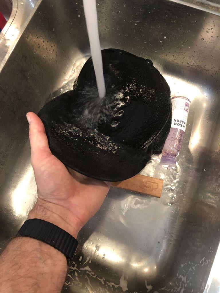 Cap mit Wasser ausspülen
