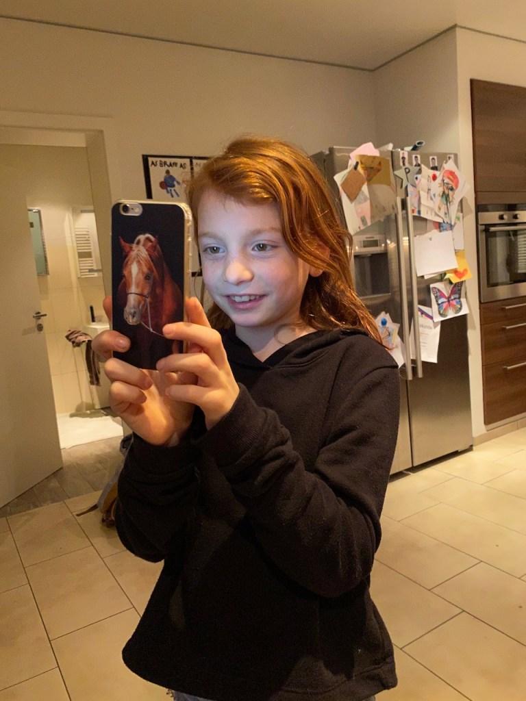 Kind am Handy bei einem Facetime Anruf