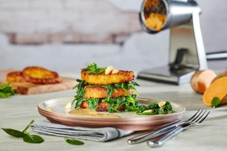 Süßkartoffel-Sellerie-Türmchen mit Erdnusssoße und Spinat