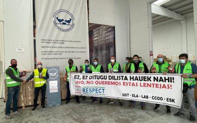 Los trabajadores/as de Mercedes donan lentejas para exigir la negociación del convenio