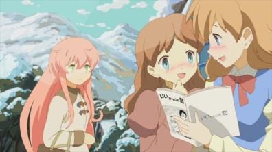 FIGURA 4. Em cima: A Heroína passa por um grupo de raparigas na vila.