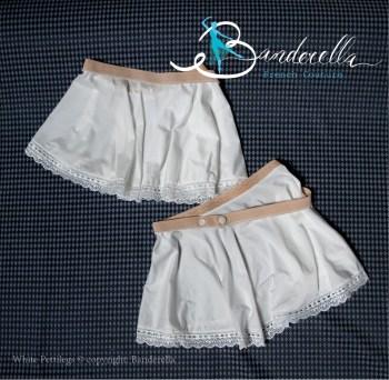 Unterröcke sind etwas in Vergessenheit geraten, obwohl sie wunderbar feminin sind. White Pettilegs sind romantische Mini-Unterröcke für die Beine. Design© von Banderella.