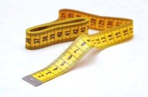 Der Umfang der Oberschenkel wird für die Pettilegs Bandelettes direkt unter dem Gesäß gemessen. Das Masband weder zu straff noch zu locker halten.