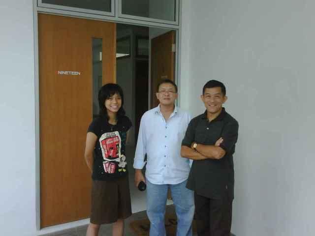 Kiri ke kanan Saretta Nindya, Rudy Budiman Johny W.Utama didepan Sanggar. Saturday, September 18, 2010, 40358 PM