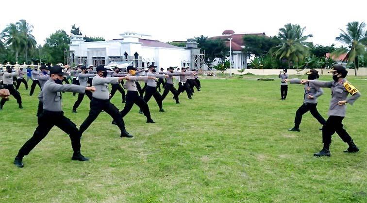 Tingkatkan Kemampuan Anggota, Wakapolres Banggai Pimpin Latihan Bela Diri