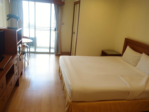 sriracha-hotel-pacific-park-hotel-and-residence-room-bed