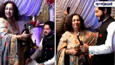 Photo of পাকিস্তানের এক বিয়ে বাড়িতে জামাইকে AK-47 উপহার দিল শাশুড়ি, ভাইরাল হল ভিডিও