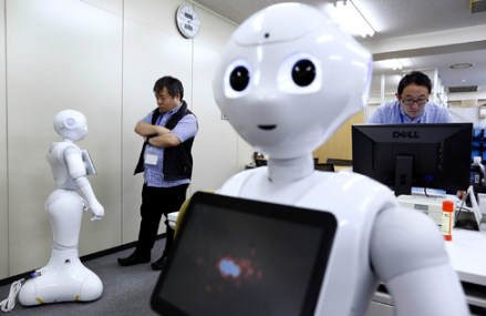 Intr-un magazin din Tokyo clientii care vor sa cumpere un smartphone vor fi serviti de roboti