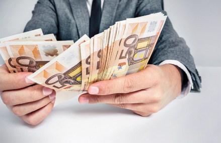 Câştigul salarial mediu brut a crescut uşor în februarie, la 2693 lei