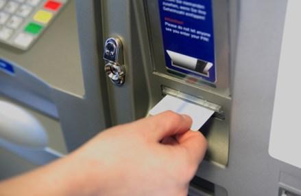 De ce gradul de bancarizare al României este cel mai mic din UE? Doar în una din patru comune din România există bancomat. Trei sferturi din oamenii care locuiesc în mediul rural, care reprezintă jumătate din populaţia ţării, nu au acces direct la un serviciu bancar de bază: un bancomat