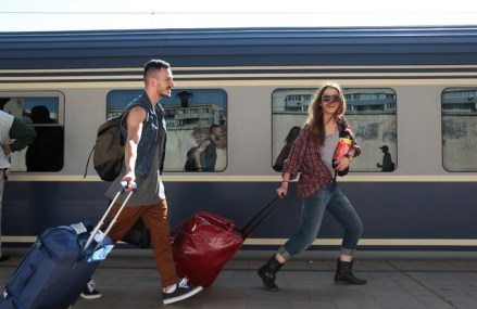 Studenţii români din Diaspora ar putea avea o reducere de 50% la transport pe perioada vacanţei