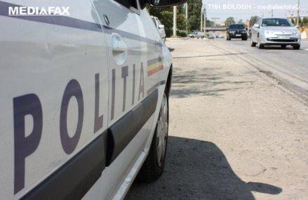 """O maşină a fost """"înghiţită"""" de asfalt, în Bucureşti, după ce s-a surpat strada"""
