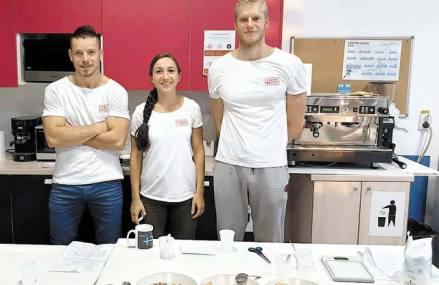 Afaceri de la zero. Trei tineri din Cluj-Napoca, reuniţi de pasiunea pentru sport, au înfiinţat un centru sportiv, iar primii clienţi au venit prin Facebook