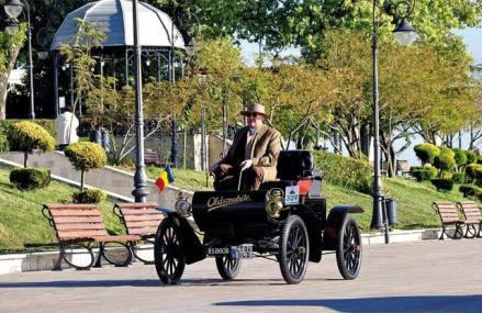 """Un antreprenor cu afaceri în sectorul petrolier şi-a descoperit pasiunea pentru maşini de epocă şi are în garaj exemplare """"pe cale de dispariţie"""". """"Am o maşină din 1904, neagră, din lemn, cu motor cu un cilindru şi dezvoltă circa 7 cai"""""""