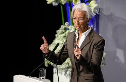 Bombardată cu semnale mixte din economia mondială, noul preşedinte al BCE Christine Lagarde îmbrăţişează prudenţa, menţine dobânzile pentru zona euro la minimele record şi le cere politicienilor s-o ajute să relanseze creşterea economică