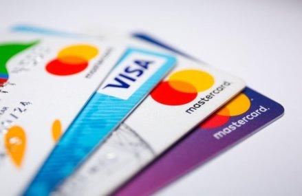 """Cum să achiţi pentru a """"plăti"""" cel mai puţin: Cash, debit sau credit: Ce ar trebui să folosim pentru cumpărăturile zilnice?"""