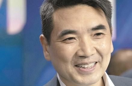 Cine este Eric Yuan, miliardarul care a inventat platforma de comunicare video Zoom, pe care o foloseşte toată lumea în acest moment