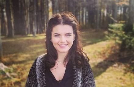 Afaceri de la zero. Diana Brătilă realizează aranjamente florale din plante sau licheni într-un atelier din Sibiu şi îşi propune să deschidă o florărie cu produse personalizate