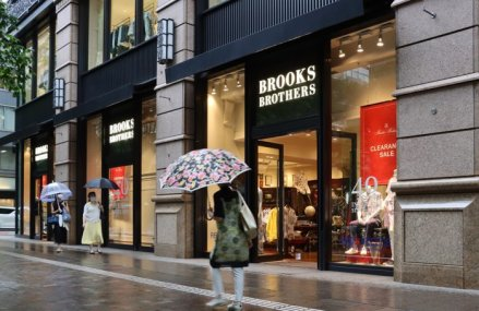 Marii retaileri de modă ai lumii sunt în pragul falimentului: Celebrul brand Brooks Brothers, care i-a îmbrăcat Kennedy şi pe bancherii de pe Wall Street, a intrat în insolvenţă. Săptămâna trecută şi celebrul brand G-Star RAW şi-a cerut insolvenţa
