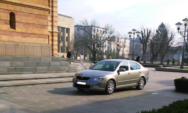 auto ispred crkve