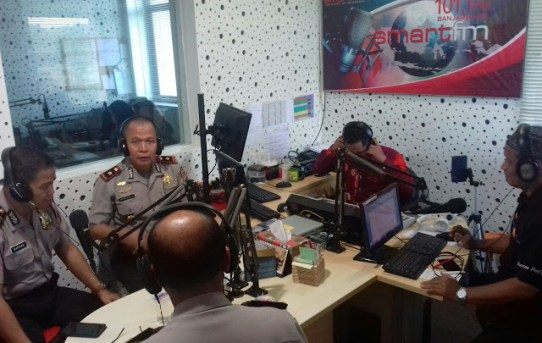 Kapolsek Banjarmasin Selatan Menjadi Narasumber Talk Show di Radio Smart FM