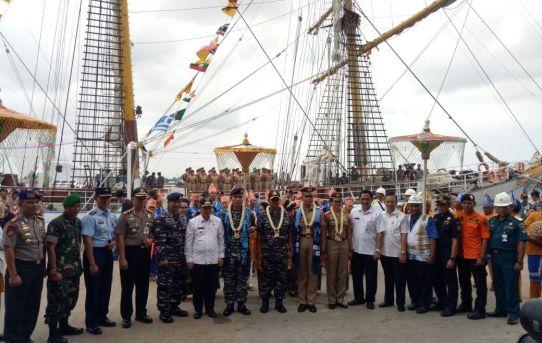 Kapolresta Banjarmasin Sambut Kedatangan KRI Dewaruci di Pelabuhan Trisakti Banjarmasin