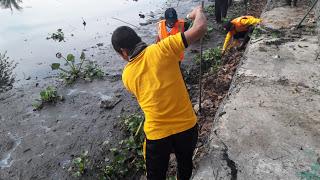 Peduli Dengan Lingkungan, Ini Yang Dilakukan Brigadir Jodik Sanraigo Bersama Satgas Kebersihan