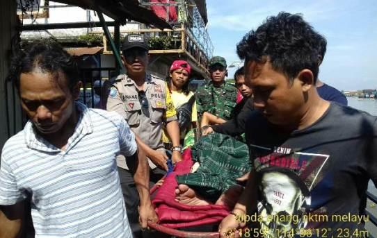 Bhabinkamtibmas dan Babinsa Kelurahan Kampung Melayu Bantu Warga Yang Sedang Sakit