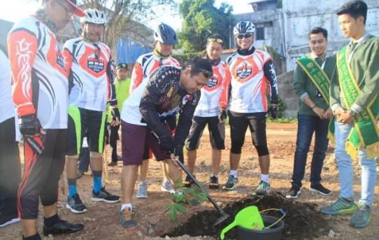 Kapolresta Banjarmasin Gowes Bersama Forkopimda dan lakukan Aksi Penanaman Pohon