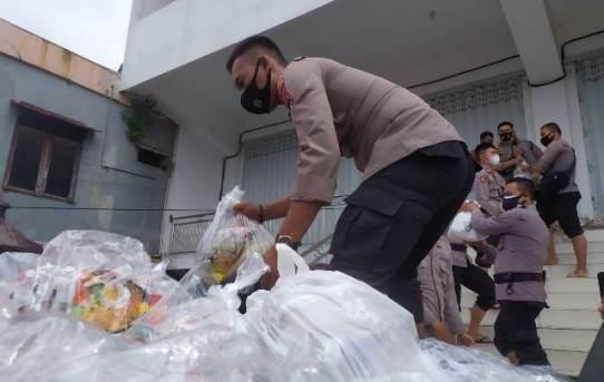 Yayasan Mesjid Syafaah Terima Bantuan Sembako, Kapolresta : Semoga Memberikan Manfaat