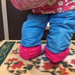 はじめにスキーウエアのズボンのすそは、長靴の中に入れず、長靴の外側に出します。