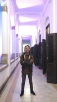 Berfoto di lorong Lawang Sewu.