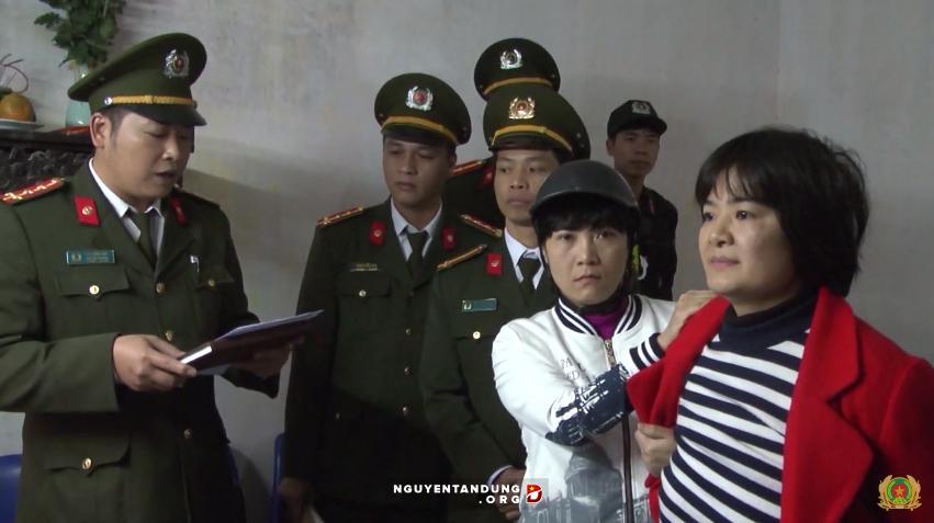 Gương mặt của chị Trần Thị Nga khi nghe công an đọc lệnh bắt. Ảnh: Nguyễn Tấn Dũng