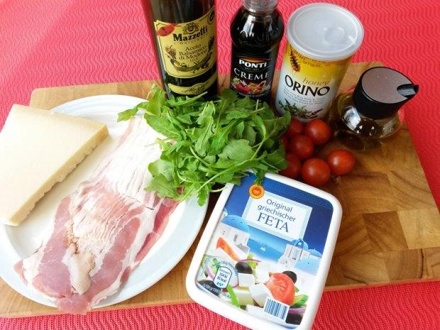 Zutaten für den Schafskäse im Baconmantel auf Ruccolasalat