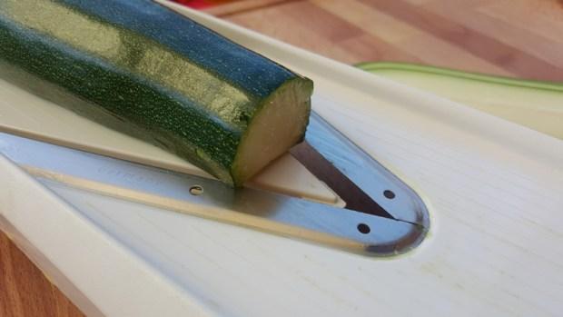 Zucchini längs in Scheiben schneiden