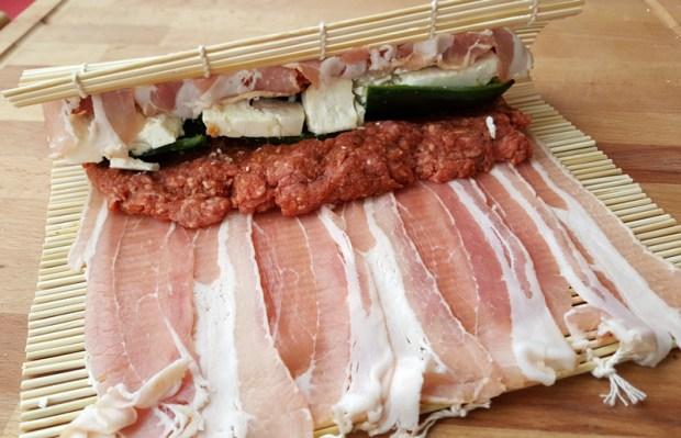 Bacon-Hackfleisch wird vorsichtig aufgerollt