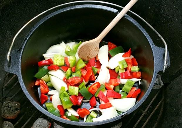 Das Gemüse wird in Olivenöl angebraten
