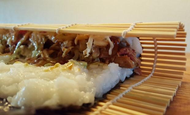 Den Reis mit der Füllung vorsichtig zusammen rollen