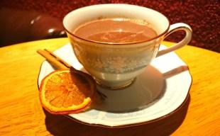 【ホットカクテル】自家製レーズンラムのホット・バタード・ラム・カウと燻製ショコラショー